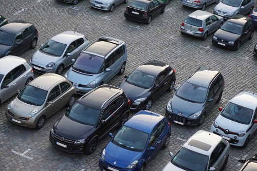 駐車中の車