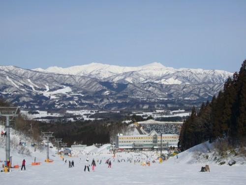 ホワイトピアたかす_向こうの雪山