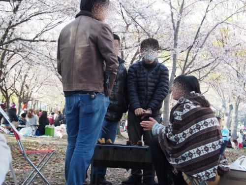 2014長居公園花見_BBQコンロで暖をとる